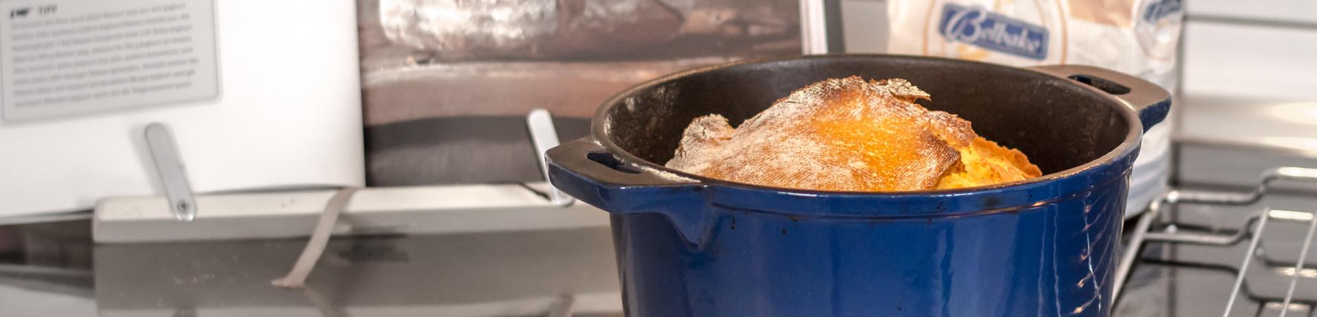 Gusseiserner Topf zum Brotbacken